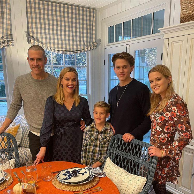 瑞絲薇絲朋(左二)和丈夫、孩子們一起共度感恩節。圖/摘自Instagram