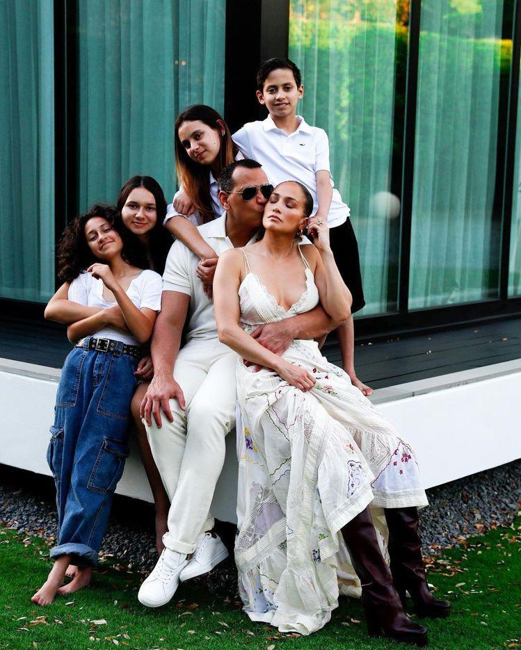 珍妮佛洛佩茲(中)與另一半A-Rod和彼此孩子們一起過感恩節。圖/摘自Insta...