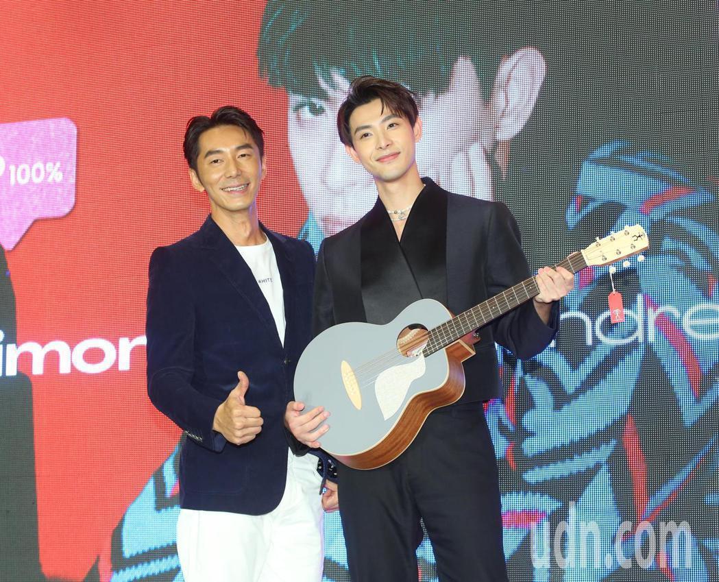 李李仁(左)送給連晨翔一把吉他,祝福他專輯大賣。記者林澔一/攝影