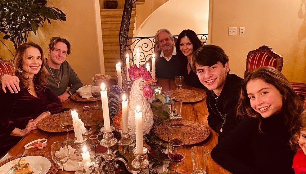 麥克道格拉斯與凱薩琳麗塔瓊斯(中)和孩子們一起度過感恩節,麥克與前妻生的大兒子卡...
