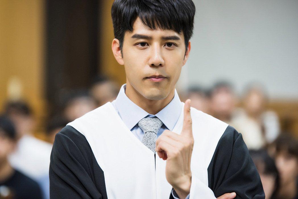 胡宇威在「王牌辯護人」中飾演法律界天才律師。圖/東森提供