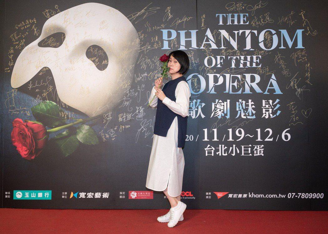王月觀賞百老匯音樂劇「歌劇魅影」,背板拍照戲感十足。圖/寬宏藝術提供