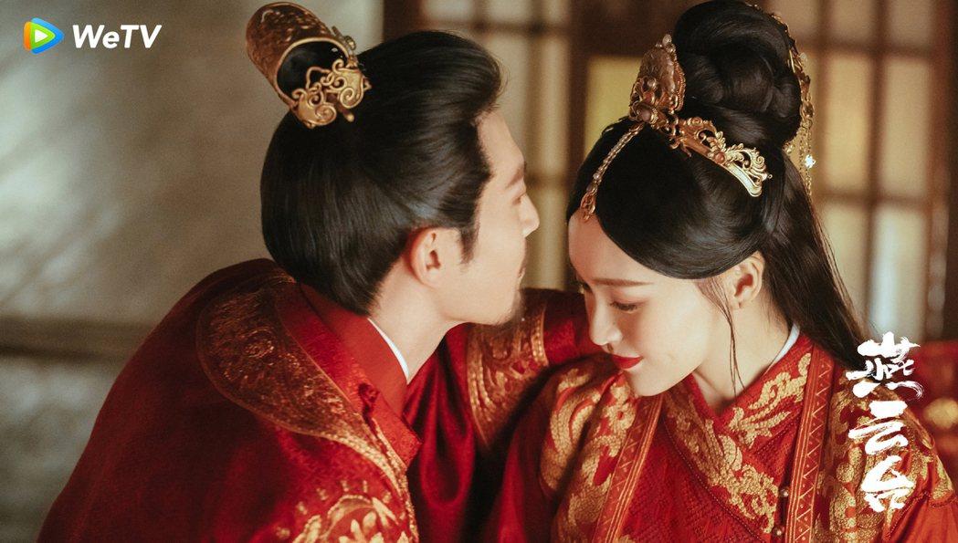 唐嫣(右)與竇驍在「燕雲台」大婚。圖/WeTV海外站提供