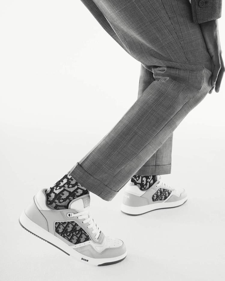 B27休閒鞋款為搭襯DIOR Modern Tailoring系列的鞋履選擇之一...