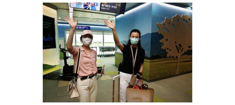 福建東南衛視駐點記者艾珂竹(右)及盧嬙(左)被以違反規定為由要求離台,兩人7月3日登機前揮手道別。聯合報系資料照