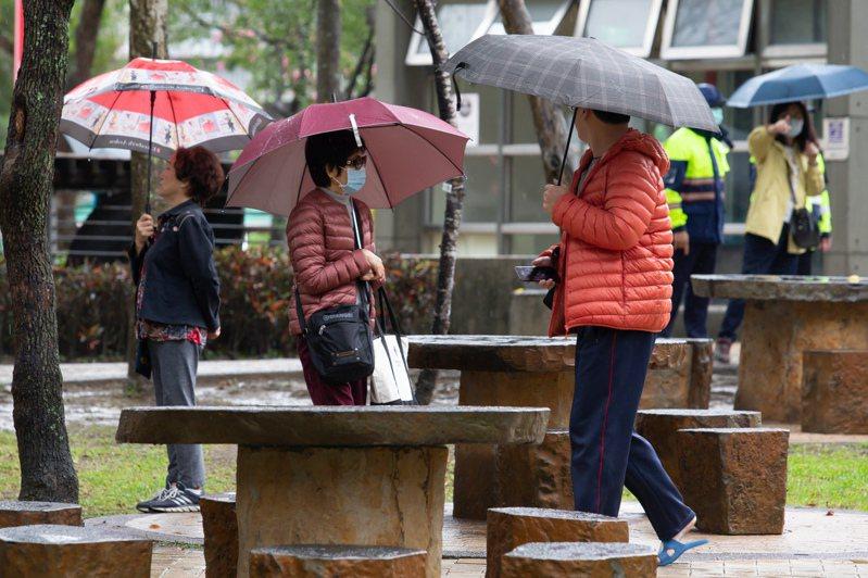 北台灣天氣轉濕冷,今天上午許多外出民眾穿起厚重外套保暖。記者季相儒/攝影