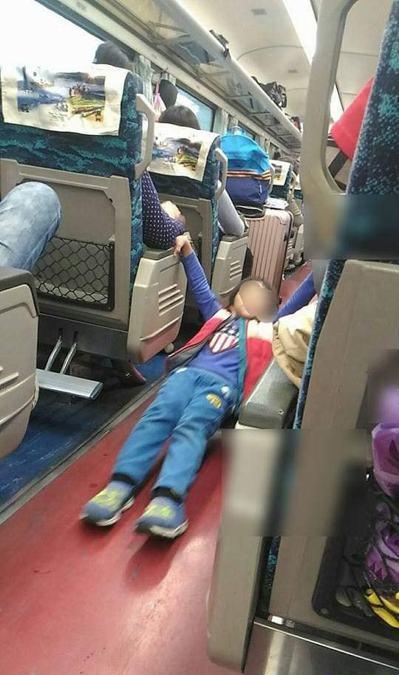 網友表示在火車遇到屁孩,怎麼講都沒用,一旁的母親也漠視。 圖/爆怨2公社