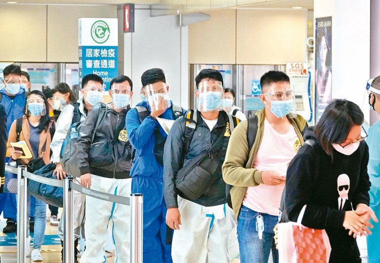 秋冬專案自12月起實施,要求包含國人的所有入境者,皆須檢附3日內核酸檢驗陰性證明...