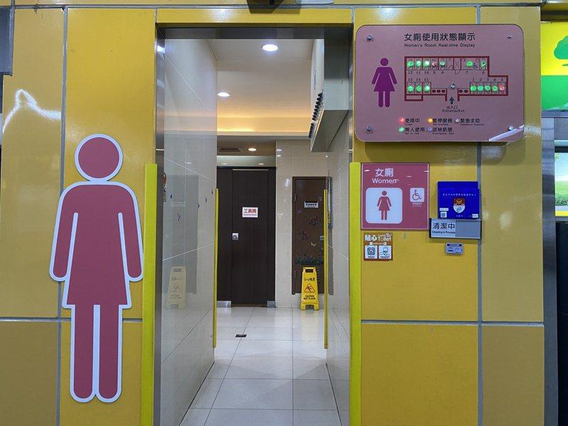 北捷智慧化系統會在廁所門口裝設燈號顯示裝置,示意哪些廁間有人在使用,還會偵測民眾使用時間。記者魏莨伊/攝影