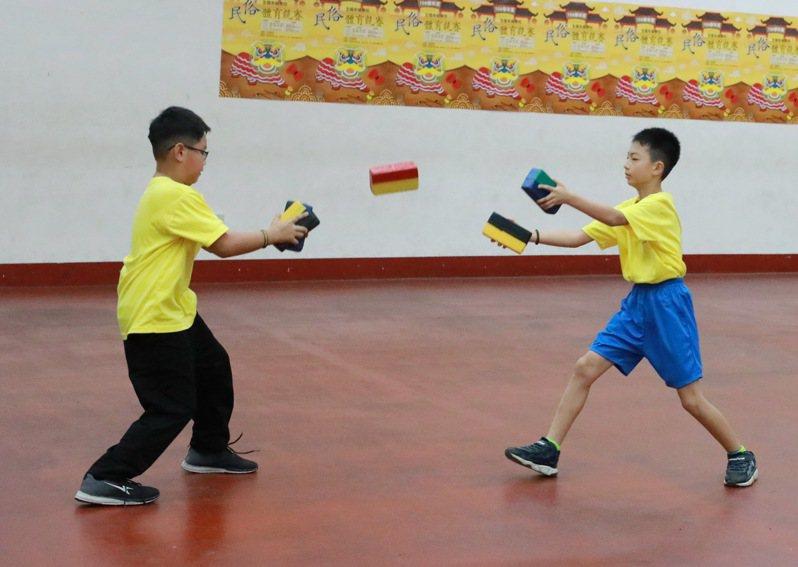 沏磚-團體國小中年級組新橋國小-表演拋磚引玉。 大會提供