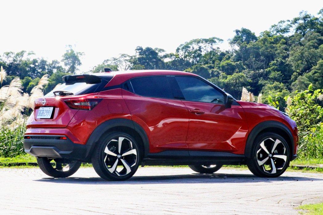刻意突出的輪拱設計及防刮材質、隱藏式後門把手及懸浮式車頂,都讓Nissan Ju...