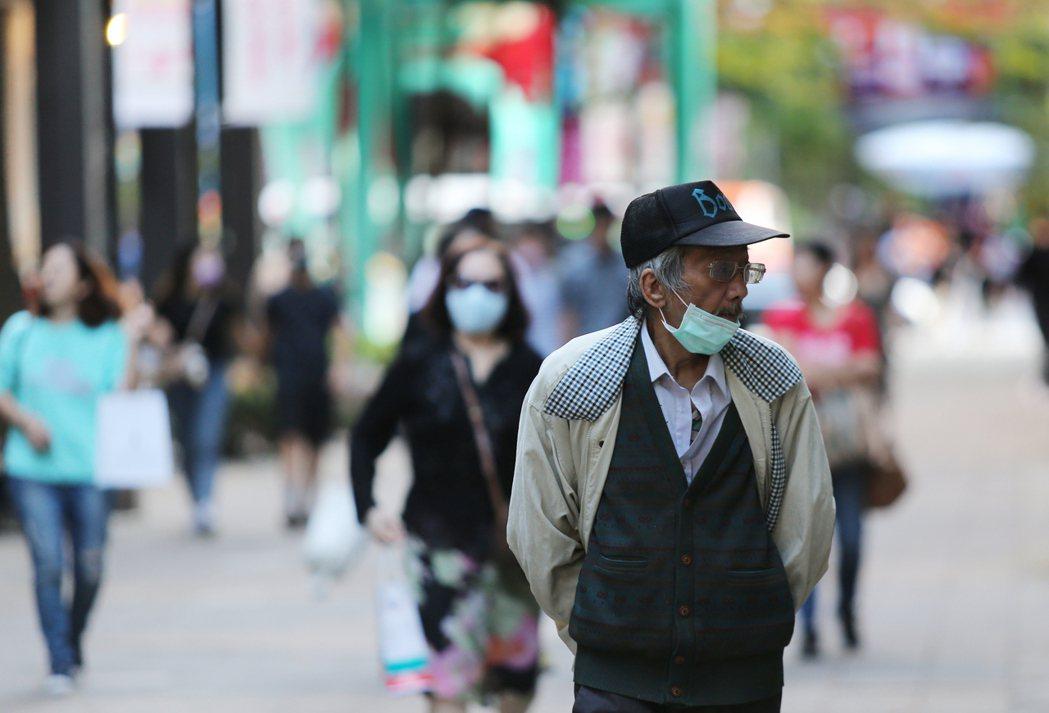 百貨公司、電影院、商場等地方,新的秋冬防疫專案要開始強制戴口罩。報系資料照
