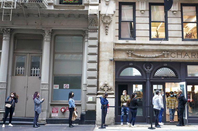 圖為紐約市街頭保持社交距離情景。美聯社
