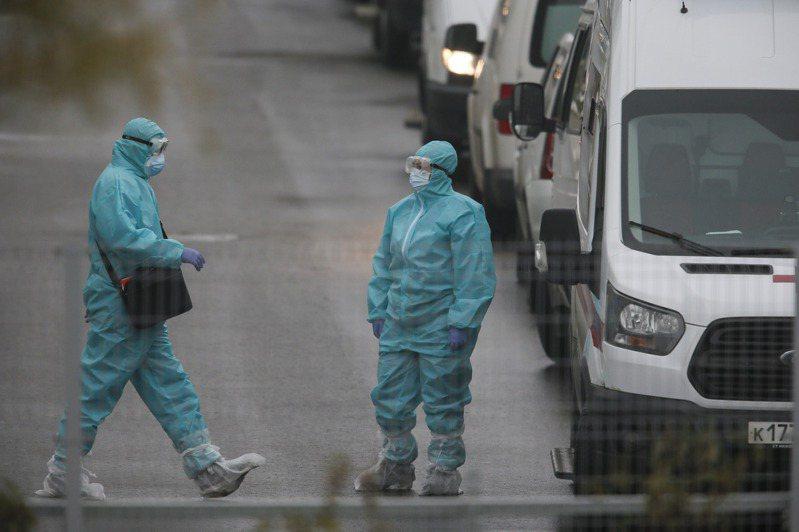 俄羅斯國防部長蕭依古(Sergei Shoigu)今天宣布,軍方已展開大規模的2019冠狀病毒疾病(COVID-19)疫苗接種計畫,對象是逾40萬名現役軍人。 新華社