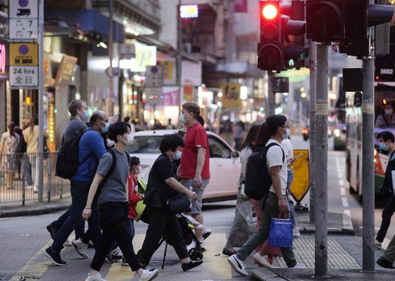 香港疫情惡化,單日新增84例2019冠狀病毒疾病(COVID-19)確診,其中27例本土感染源頭不明。 新華社