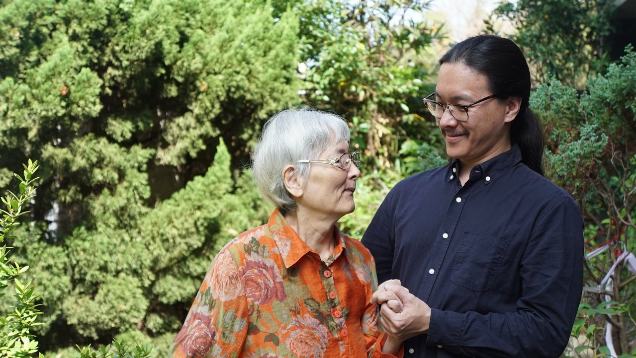 潘人豪(右)陪伴中風母親走路復健,對安定情緒大有幫助。圖/潘人豪提供