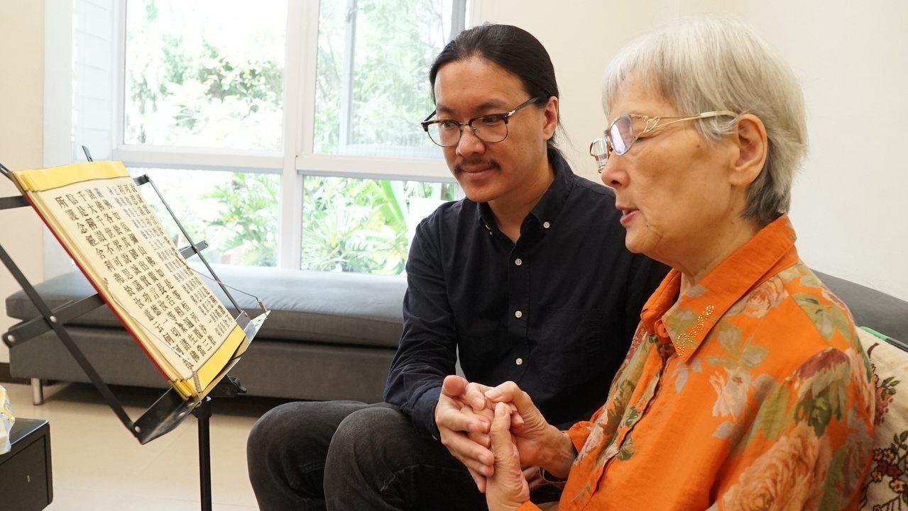 潘人豪(左)陪伴中風母親誦經復健。圖/潘人豪提供