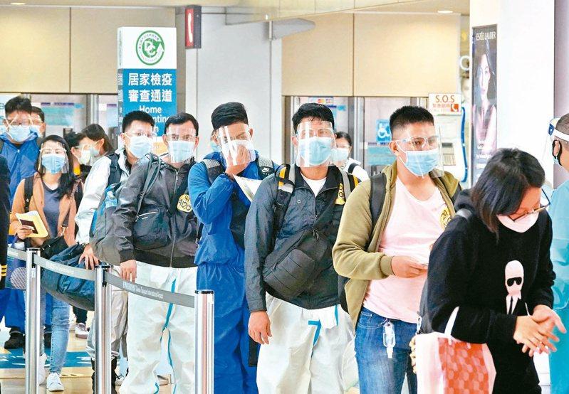 中央流行疫情指揮中心昨公布新增十四例境外移入病例,其中十三例自印尼入境,圖為移工在桃機等候核實電子健康聲明。記者鄭超文/攝影