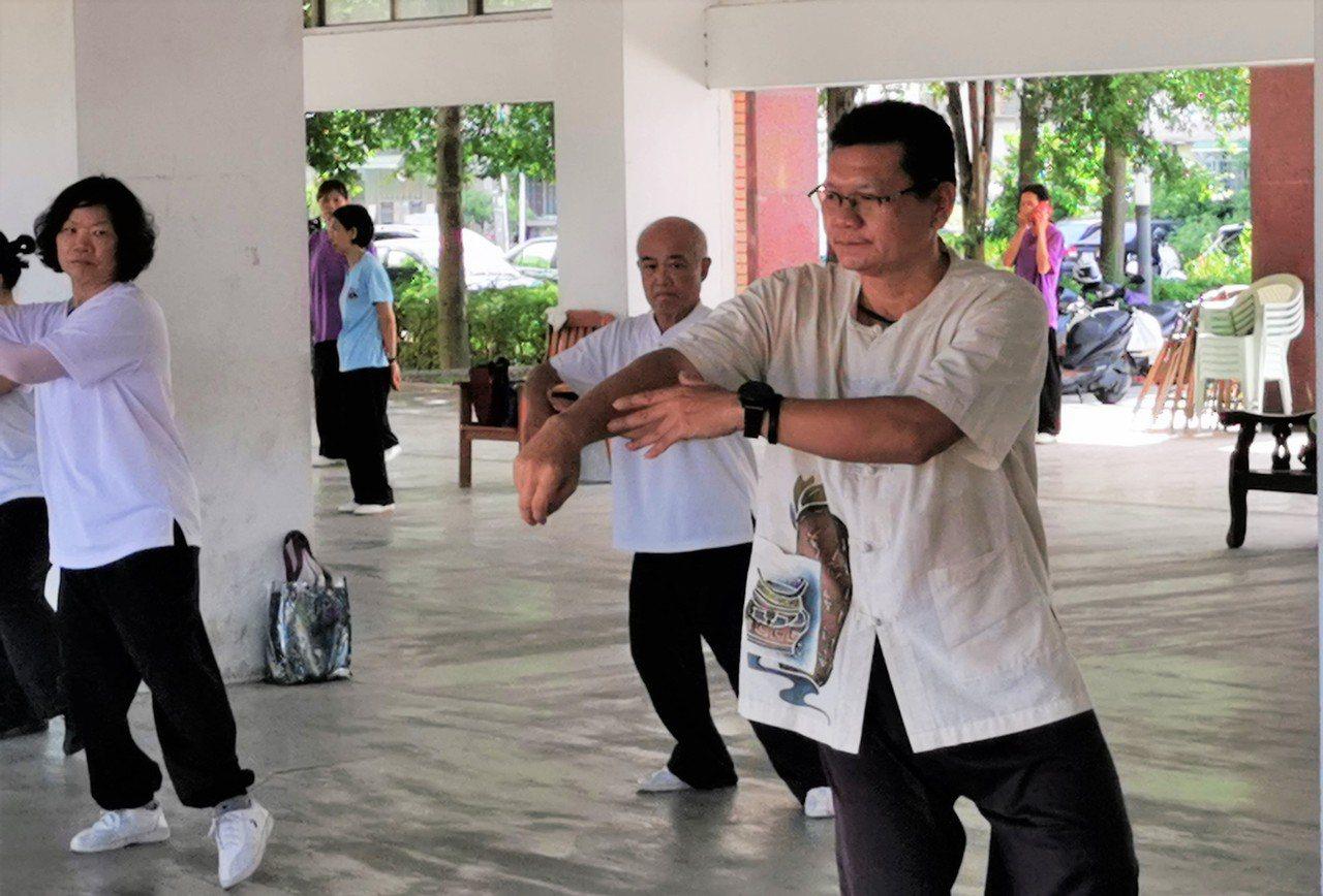 王輝松(右)經常到各社區指導太極拳,並為嘉義縣培訓全民運選手。記者卜敏正/攝影
