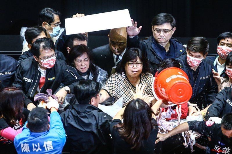 蘇施政報告4分鐘 在國民黨立委丟豬內臟及汽笛喇叭抗議聲中,行政院長蘇貞昌(後排中)花約四分鐘完成施政報告。記者葉信菉/攝影
