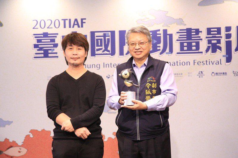台中國際動畫影展昨登場,中市副市長令狐榮達(右)說,這次邀現代雕塑家羅文仁(左)以啄木鳥當吉祥物,手工打造「3D立體翻銅獎座」。記者喻文玟/攝影