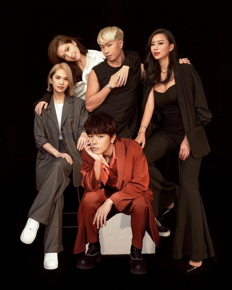 楊丞琳 (左)曬出五人幫的合照祝福小鬼(前)冥誕快樂。圖/摘自IG