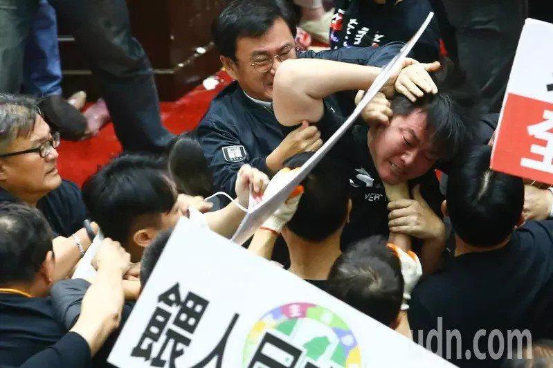 陳柏惟昨天在立法院肢體衝突中,被架住脖子拉開,滿臉通紅。記者葉信菉/攝影