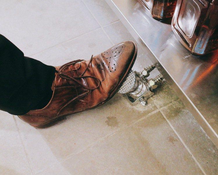 腳踩式的給水機制,降低餐飲團隊工作時對水資源的耗費。記者釋俊哲 / 攝影。提醒您...