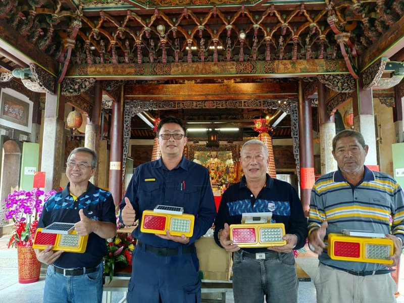 善化慶安宮廟會作公益,助警增設路口爆閃燈減少事故。圖/警方提供