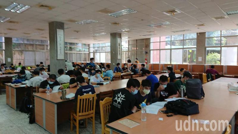 學測就要登場,近兩年國文考題偏難,老師提醒學生必考的選文一定要精讀。記者鄭惠仁/攝影