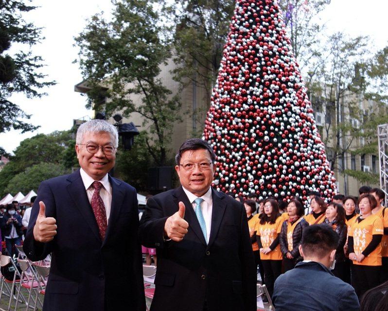 北科大校長王錫福(左)和億光董事長葉寅夫於智能LED聖誕樹前。圖/北科大提供
