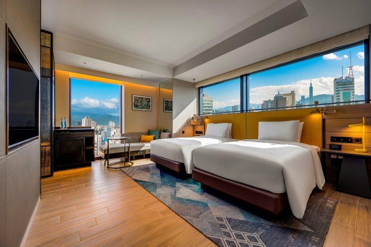 轉角客房有雙面窗景,可收101或新光三越美景。圖/台北時代寓所提供