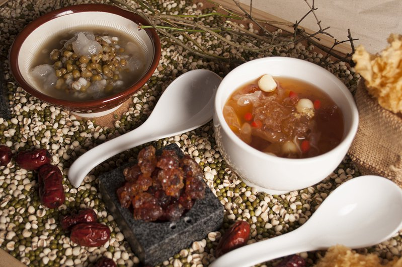 下午茶提供冰糖雪蛤雙仁湯、桃膠雪燕燉銀耳。圖/美麗信提供