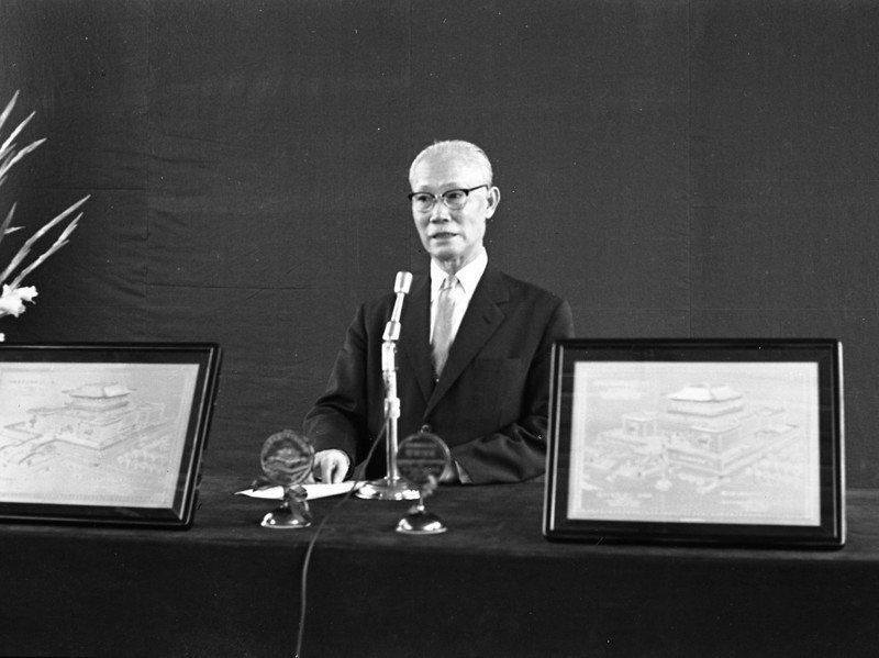 1962年當時行政院長陳誠(圖)將國防部為他興建官邸的土地捐出,故宮博物院遷至台北才有落腳處,圖為1962年陳誠主持故宮博物院奠基典禮。圖/聯合報系資料照片