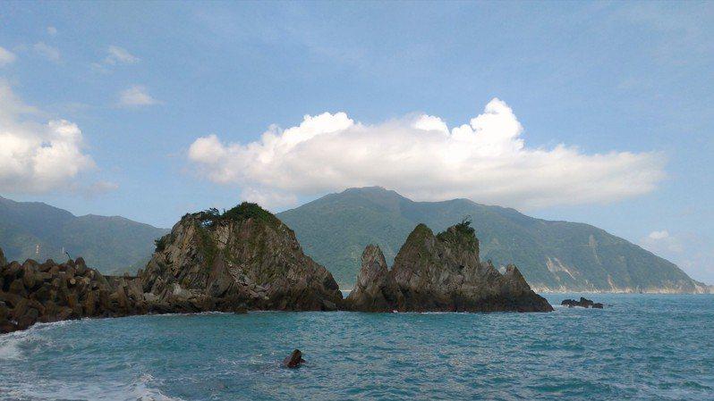 粉鳥林漁港旁的小海灣,礁石林立被譽為台版「下龍灣」。記者張議晨/翻攝