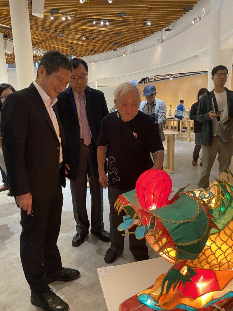 90幾歲高齡的藝師蕭在淦,向文化部長李永得介紹燈藝作品「鰲魚」。記者葉冠妤/攝影
