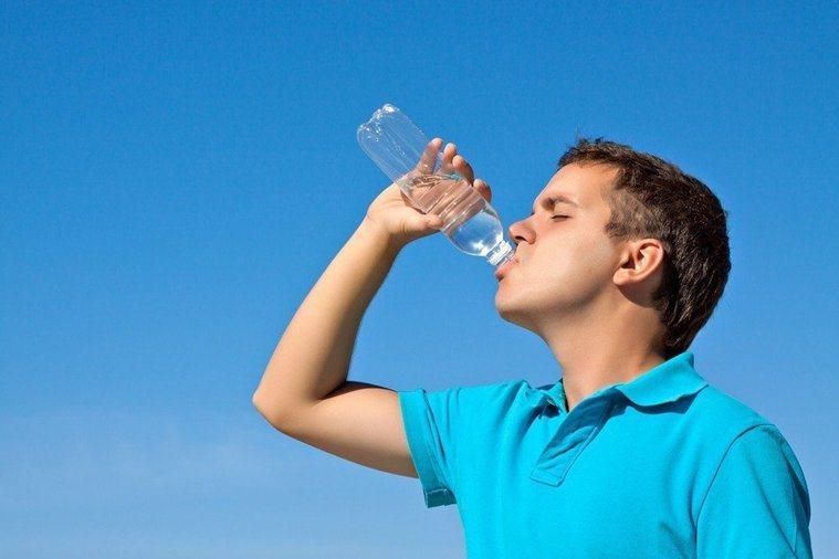 一名中年男性長期感到口乾、舌乾,以為多喝水就沒事,某次至牙科就醫也未見改善,經建...