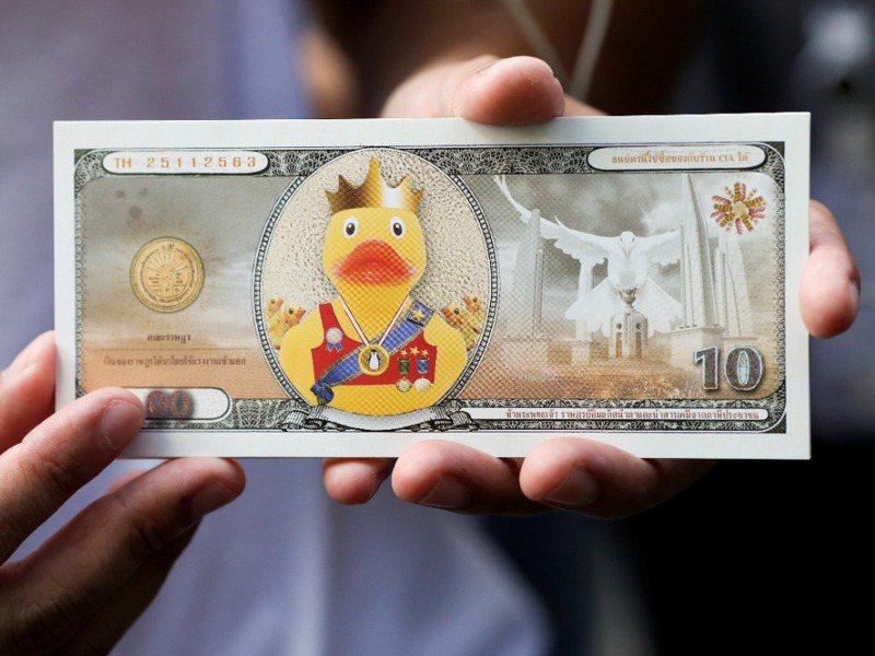 泰國抗議民眾自己印製小鴨鈔票,但印再多也沒有泰王多,諷刺泰王口袋裡400億美元的龐大資產。路透