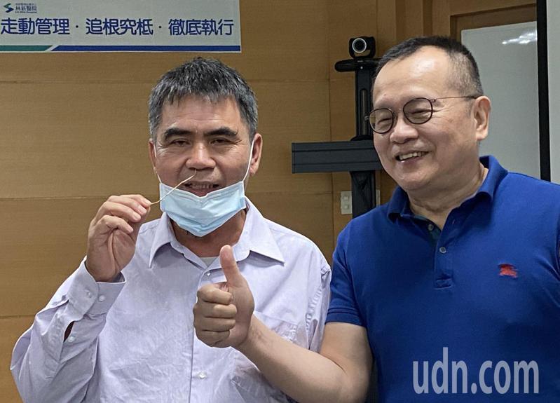 游姓病患(左)示範多年來利用小樹枝刺激鼻腔來打噴嚏,他感謝醫師邵國寧(右)醫治,讓他可以暢快呼吸。記者趙容萱/攝影