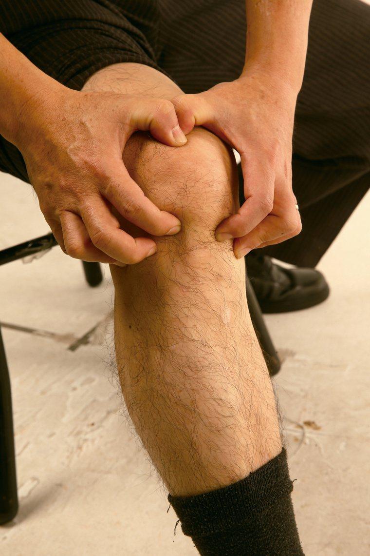 肌肉關節痠痛、僵硬多休息,當心可能愈睡愈累。本報資料照片