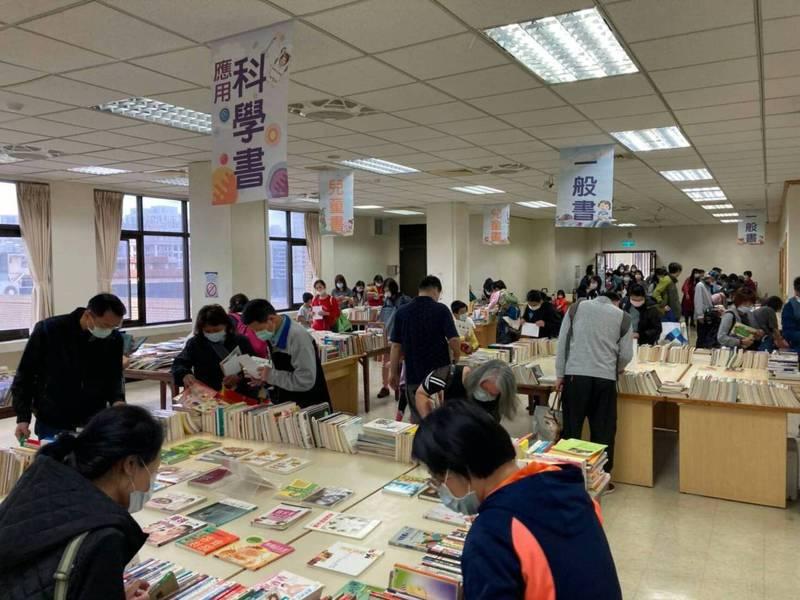 桃園市立圖書館一年一度的好書交換活動今天登場,各區活動地點都湧入滿滿人潮。圖/桃園市立圖書館提供