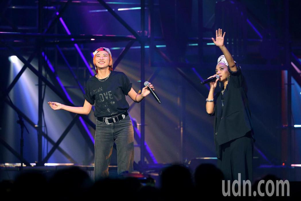 第三屆愛之日常音樂節下午在台北流行音樂中心登場,阿爆(右)擔任開場演出,並與9m...