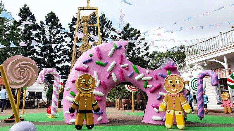 園區內蜜糖國度巨型甜甜圈裝置,更添耶誕氛圍。圖/六福村提供