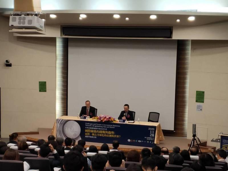 美國在台協會處長酈英傑(左)今天出席「中華民國國際關係學會2020年會」的國際學術研討會。記者徐偉真/攝影