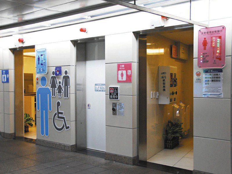 北捷智慧化系統會在廁所門口裝設燈號顯示裝置,示意哪些廁間有人在使用,還會偵測民眾使用時間。圖/捷運公司提供