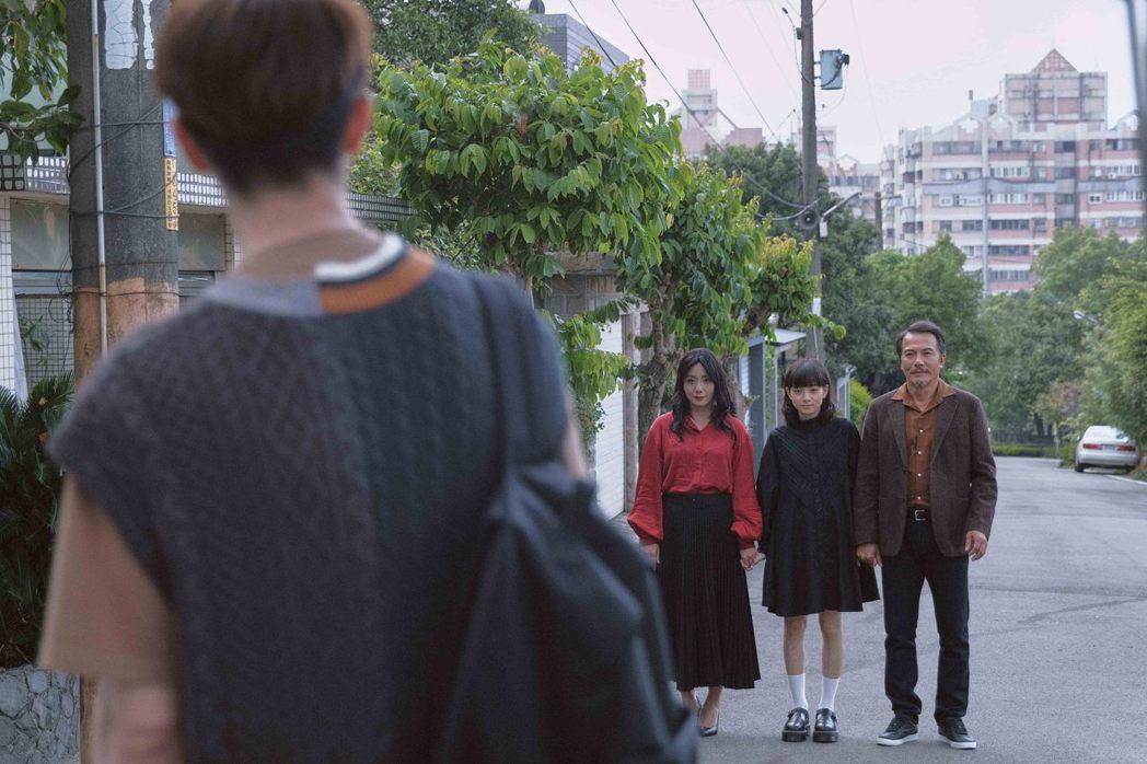 高慧君(左起)、姚愛寗、戴立忍在「訪客」中的演出,令人不寒而慄。圖/公視提供