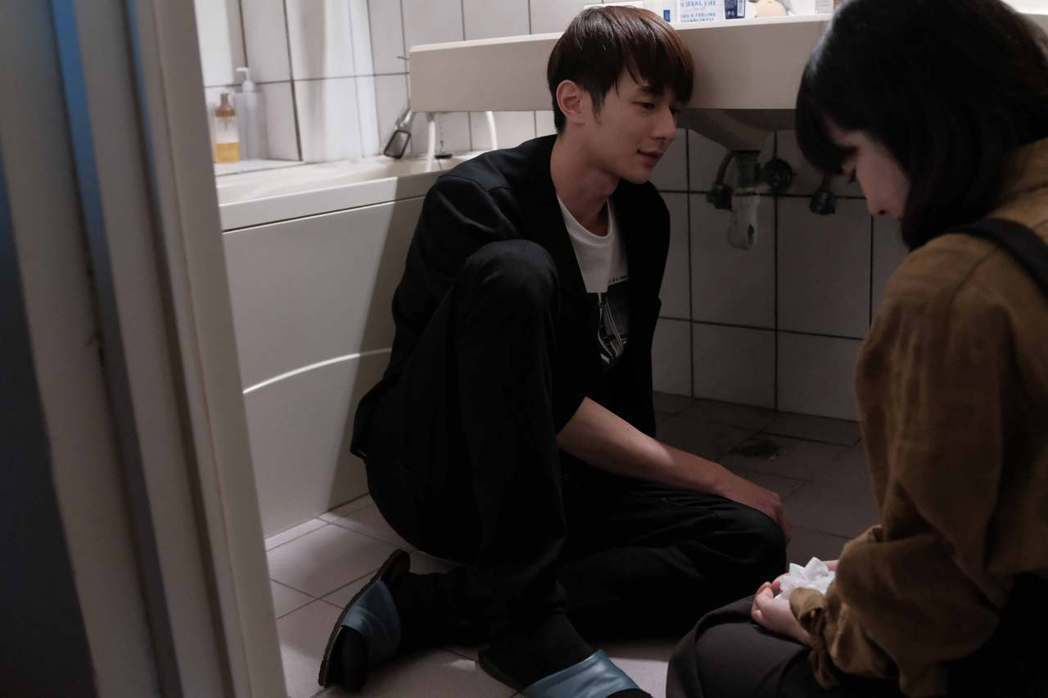 張軒睿在「訪客」中的一場到浴室狂吐的畫面,吐到體虛。圖/公視提供