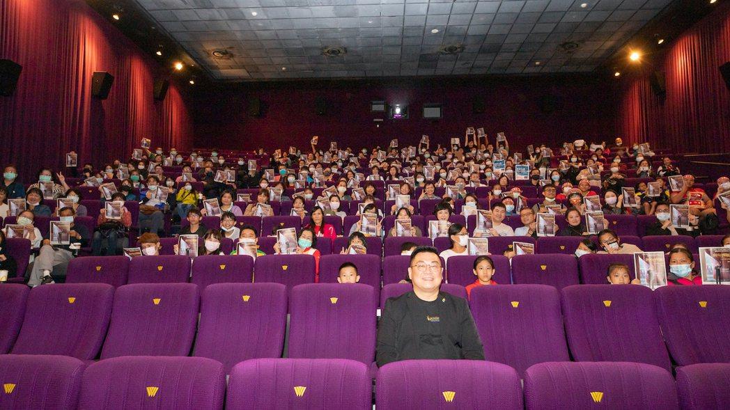 「熱血合唱團」台灣慈善首映會,現場大合照 ,中為指揮家古育仲。圖/双喜電影提供