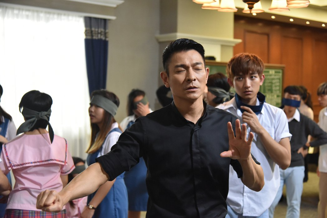 劉德華在「熱血合唱團」首度演出一名教學嚴厲卻充滿愛心的指揮家。圖/双喜電影提供