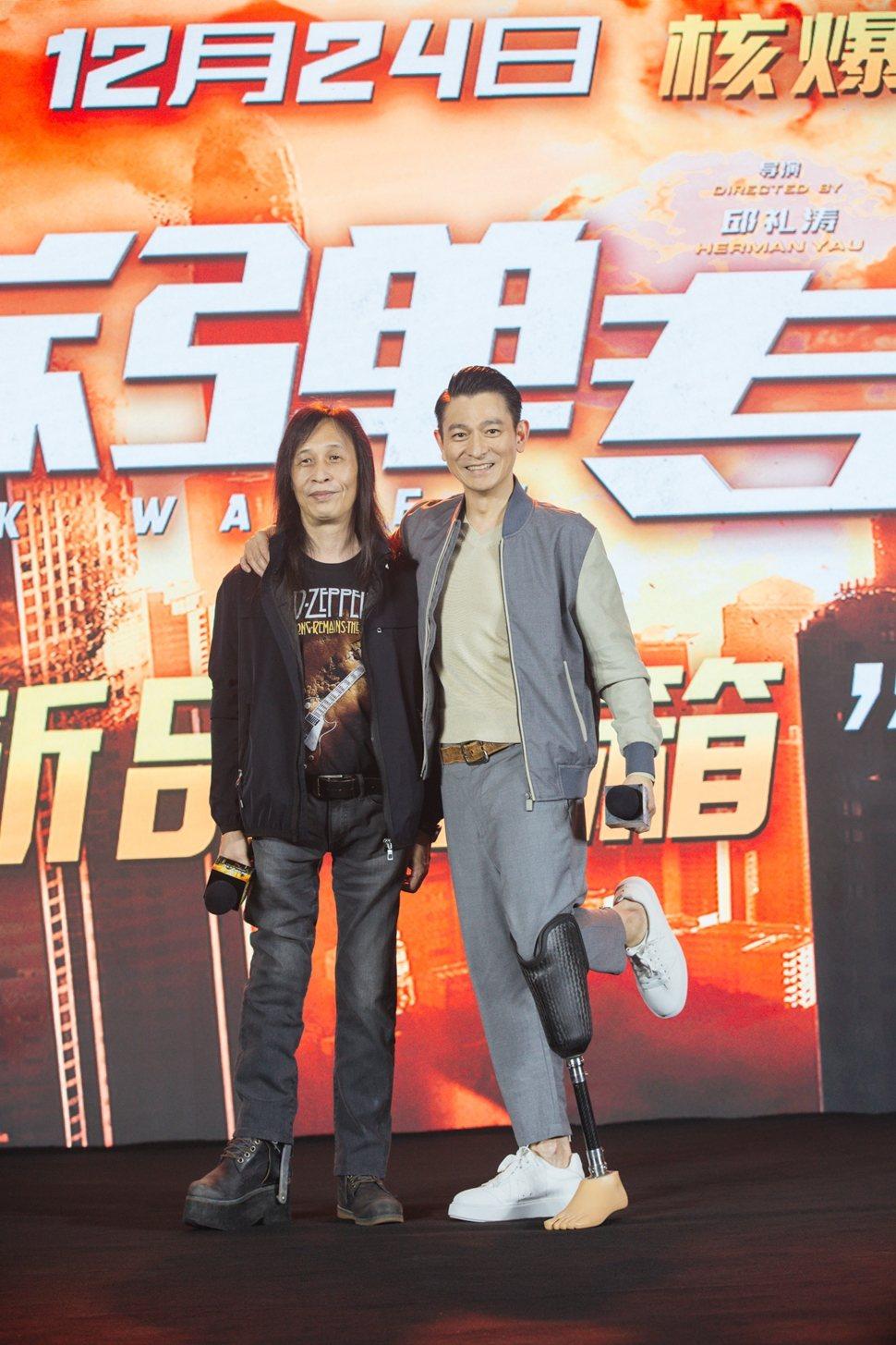 劉德華(右)在「拆彈專家2」再度穿上假義肢,左為導演邱禮濤。圖/華映提供
